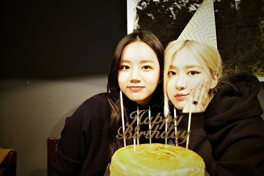 Hyeri shared photo of Rose's birthday party