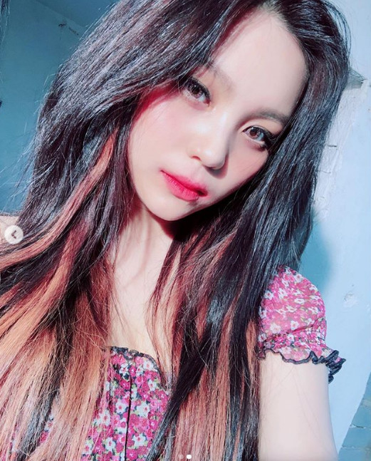 Girlfriend's Umji, sharp jawline + doll beauty radiate...'Everyday, she become more pretty'
