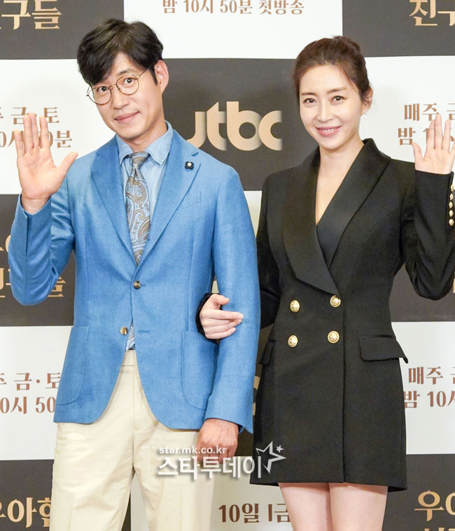 [Photo] Yoo Jun-sang, Song Yoon-ah, shaking hands