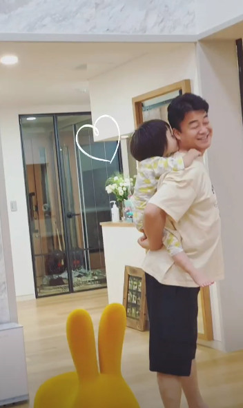 So Yoo-jin is delighted with her youngest daughter's kiss, sharing a photo of her daughter and husband