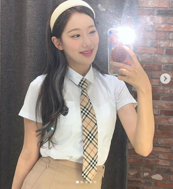 April Lee Na-eun, wearing a school uniform and radiating innocent beauty...'First love icon'