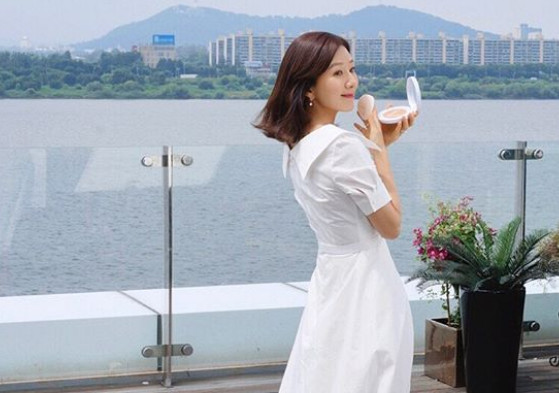 Kim Hee-Ae, showing off her slim waist.