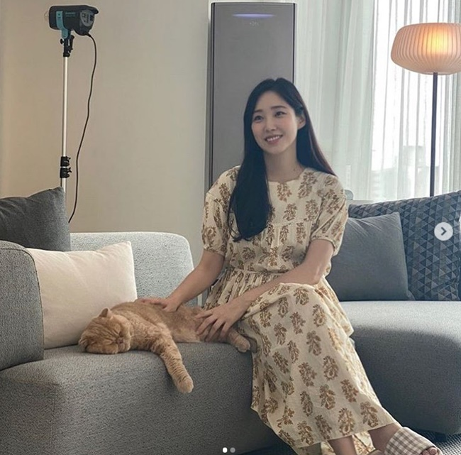 'Six months pregnant' Choi Hee, a relaxed daily life with a cat