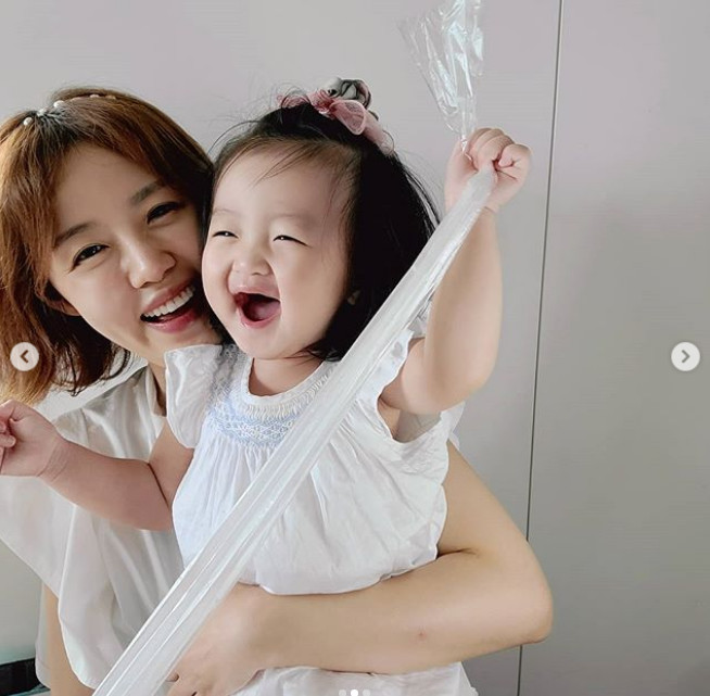 "'Jung Jun-ho's wife' Lee Ha-jung and her daughter Yoo-dam's eye smile... ""Have a good afternoon"""