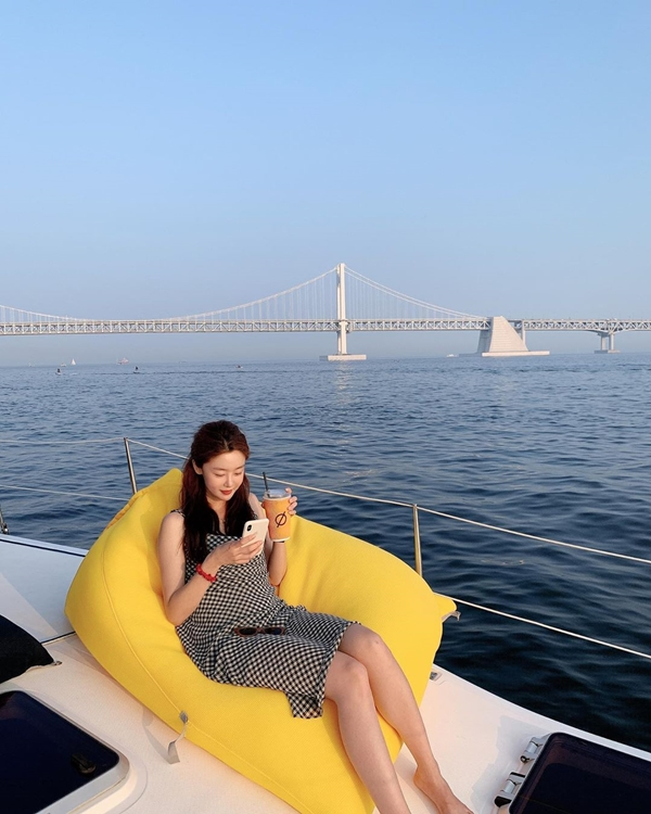 Han Sun-hwa, the goddess on a yacht on the Han River...'looks like a CF'
