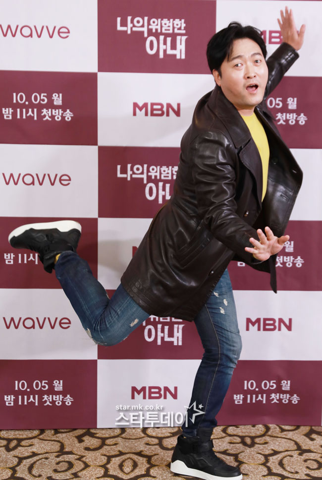 [Photo] Lee Jun-hyuk poses with all his body