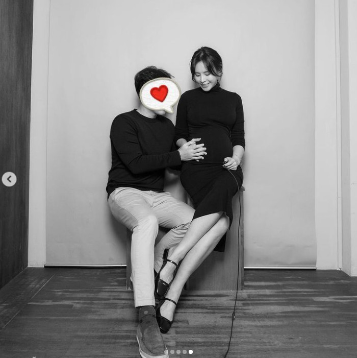 Goo Jae-yi posted a full-term certification shot with her husband... Beautiful D line