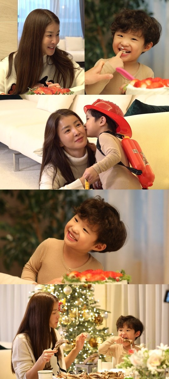 Lee Si-young shared her photos with her son