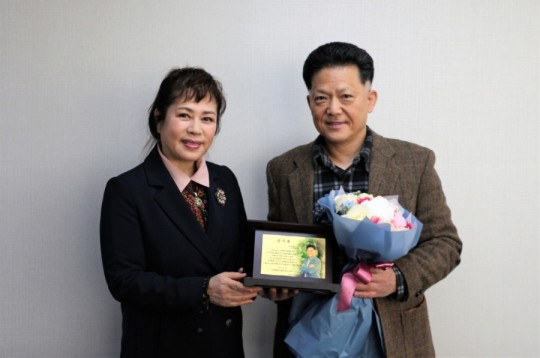 The Korean Singers Association delivered a plaque of appreciation to the Korea Artist Welfare Foundation on the 17th