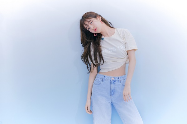 Suzy pictorial, showing her thin waist…Lovely like most boys' first love