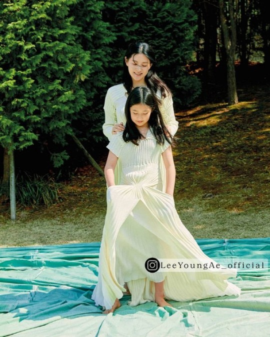 Lee Young-ae, pictorial with twins